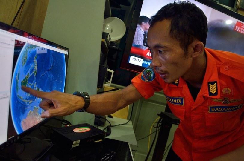 Mężczyzna pokazuje na monitorze punkt, w którym urwała się łączność z lotem QZ8501 /AFP