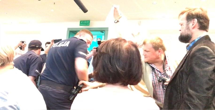 ... mężczyzna próbował wyciągnąć policjantowi broń z kabury. /Tomasz Skory  /RMF FM
