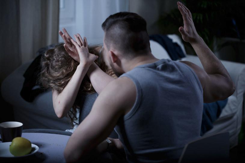Mężczyzna stosujący przemoc wobec kobiet w rodzinie czy związku musi uczestniczyć w programach korekcyjno-edukacyjnych /123RF/PICSEL