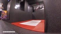 Mężczyzna swoimi sztuczkami na trampolinie przeciwstawia się grawitacji