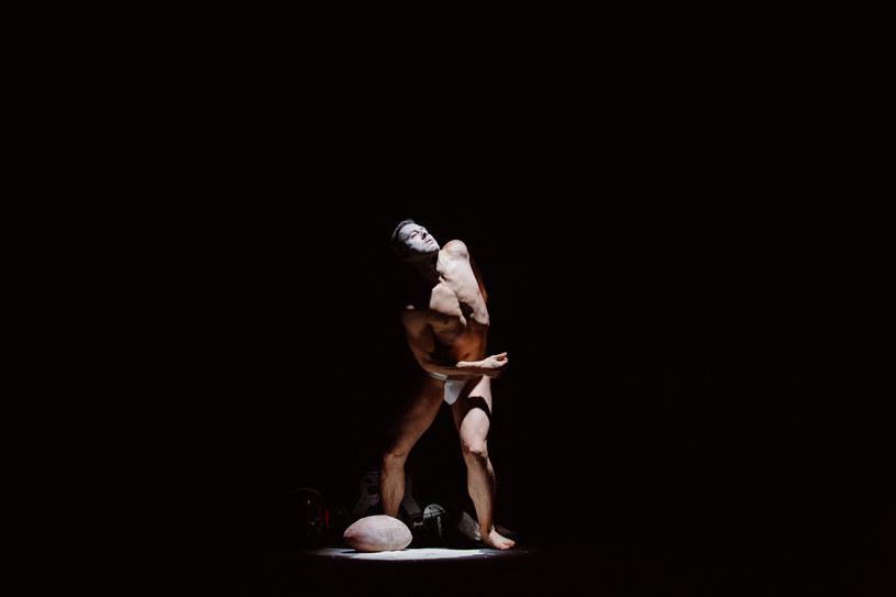 Mężczyzna tańczy, ugina się, robi to coraz szybciej, gra świateł i talk sypiący się na niego z góry tworzą wyjątkowy efekt /materiały prasowe