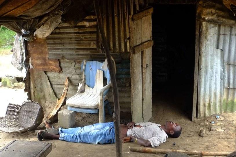 Mężczyzna zarażony Ebolą czeka na pomoc w swoim domu (Liberia) /AFP