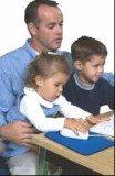 Mężczyźni chętnie bawią się z dziećmi i całkiem nieźle im to wychodzi /INTERIA.PL
