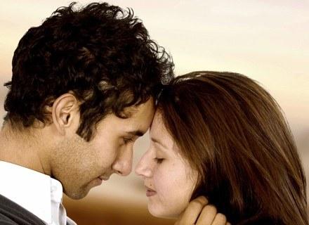 Mężczyźni niekoniecznie zakochują się według klucza: wąska talia, krągłe biodra, symetryczna twarz. /ThetaXstock