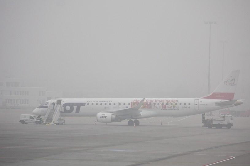 Mgła opóźnia samoloty na Lotnisku Chopina w Warszawie /Krystian Dobuszyński /Reporter