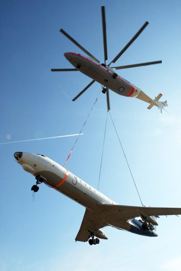 Mi-26 podnosi samolot Tu-134 /AFP