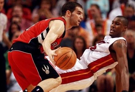 Miami Heat -Toronto Raptors 92:89. James Posey stara się wymusić faul ofensywny Jose Calderona /AFP