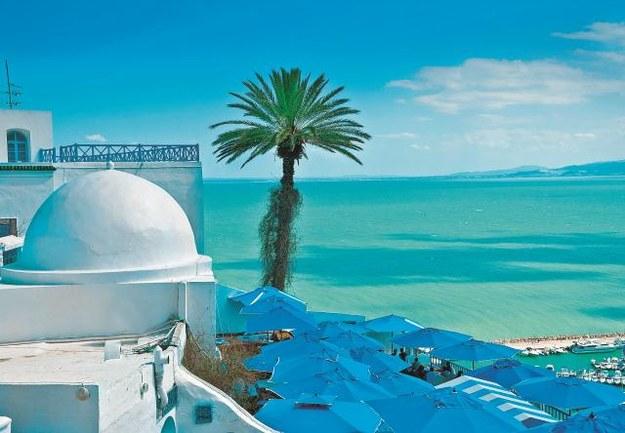 Miasteczko  Sidi-Bou-Said słynie  ze śnieżnobiałych domów z błękitnymi drzwiami. /123/RF PICSEL