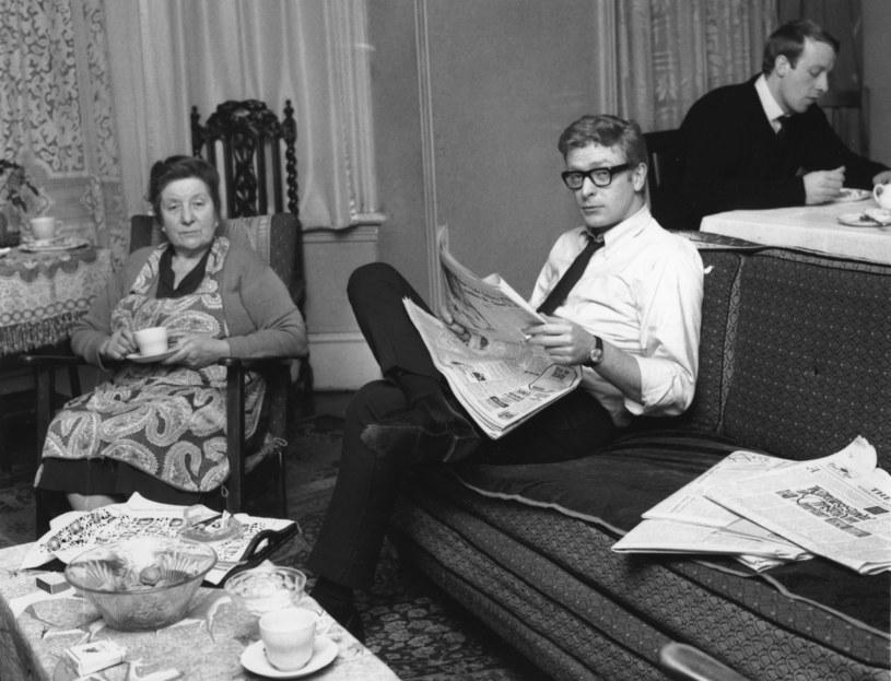 Michael Caine z mamą i bratem Stanleyem w 1964 roku /Harry Dempster /Getty Images