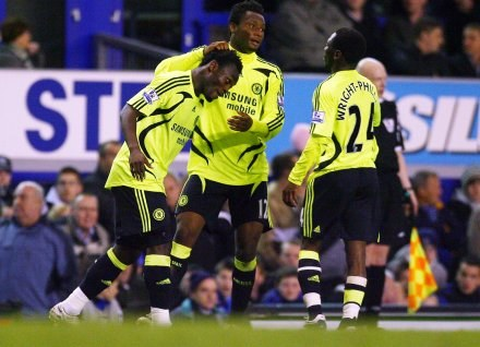 Michael Essien zapewnił trzy punkty Chelsea w meczu z Evertonem /AFP
