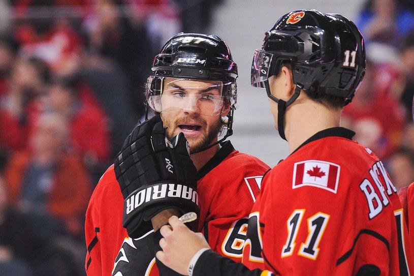 Michael Frolik (z lewej) strzelił jednego gola dla Calgary Flames /AFP