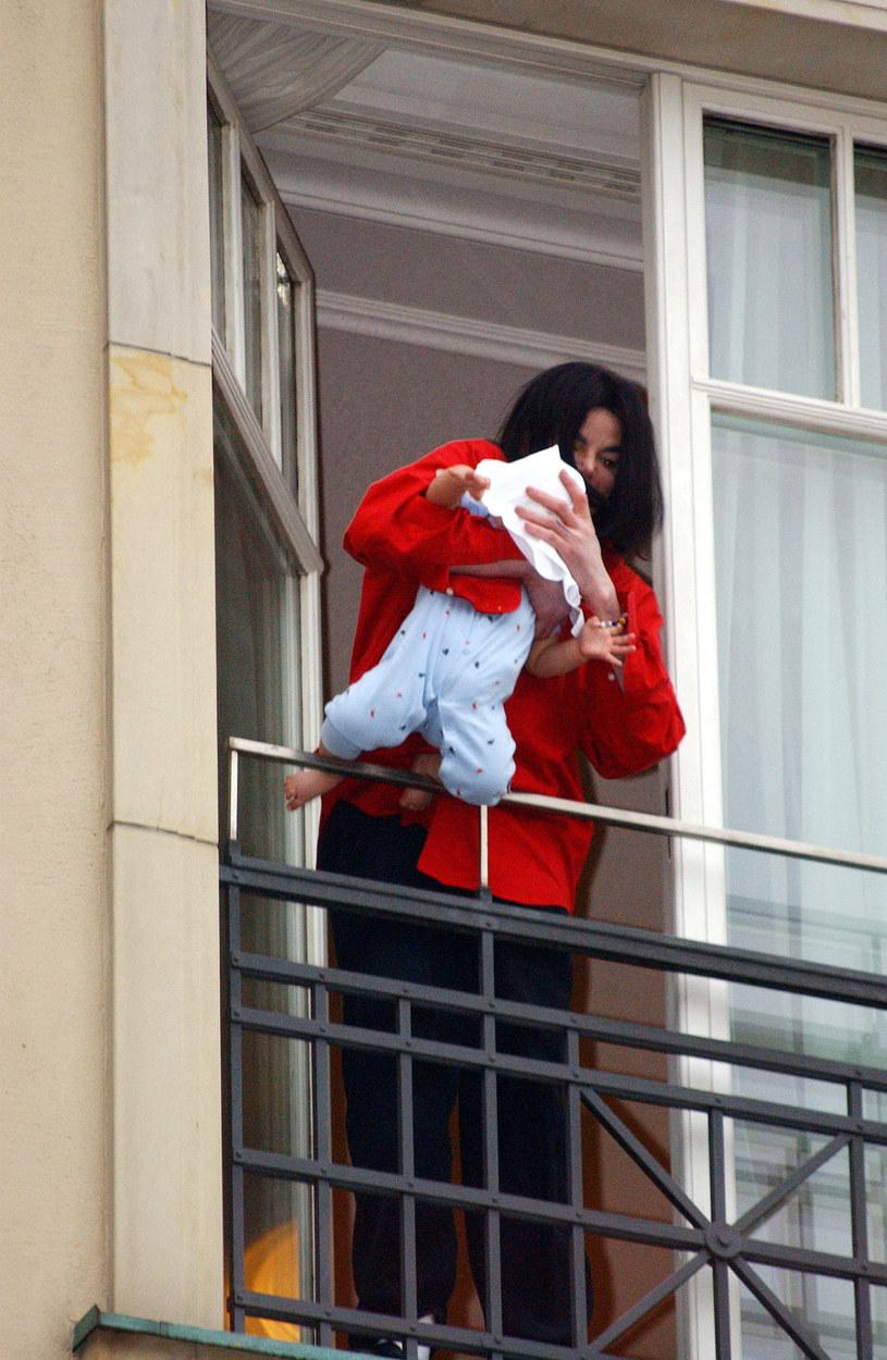 Michael Jackson na balkonie w Berlinie /Olaf Selchow /Getty Images