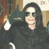 Michael Jackson wydaje sie być w dobrym nastroju... /AFP