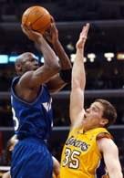 Michael Jordan rzuca nad Stanislavem Medvedenko