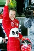 Michael Schumacher cieszy się po trzecim z rzędu zwycięstwie w Albert Park