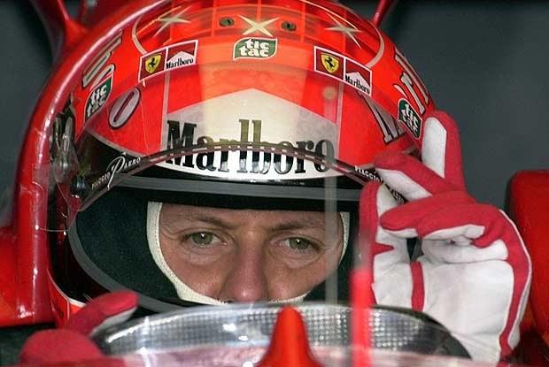 Michael Schumacher daje znak do uruchomienia silnika /poboczem.pl