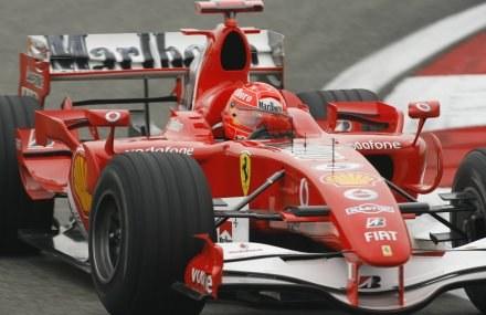 Michael Schumacher podczas sobotniego treningu /AFP
