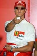 Michael Schumacher ze spokojem obserwuje rywali na monitorze
