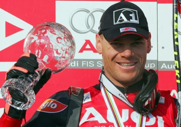 Michael Walchhofer z małą Kryształową Kulą za triumf w klasyfikacji zjazdu /AFP
