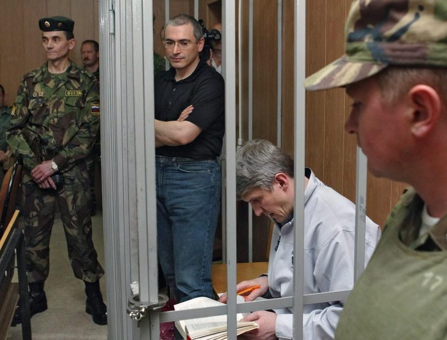 Michaił Chodorkowski i Płaton Lebiediew podczas procesu w Moskwie /Sergei Ilnitsky /PAP/EPA