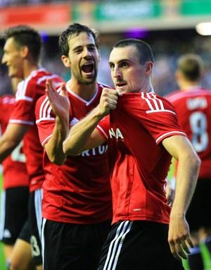 Michał Kucharczyk (po prawej) cieszy się z gola na 2:0 w meczu rewanżowym z Celtikiem Glasgow /ROBERT PERRY  /PAP/EPA