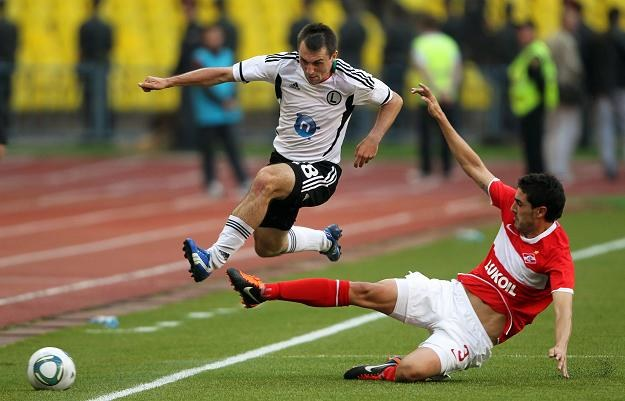 Michał Kucharczyk (z lewej) w meczu ze Spartakiem Moskwa. /PAP/EPA