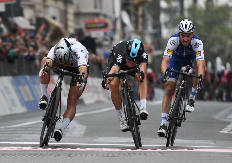 Michal Kwiatkowski (w środku) wygrał 108. edycję wyścigu Mediolan - San Remo, wyprzedzając Petera Sagana (L) i Francuza Juliana Alaphilippe'a. /AFP
