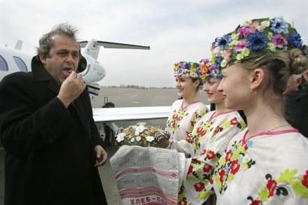 Michel Platini, szef UEFA dopuszcza, by technika pomogła sędziom. /AFP