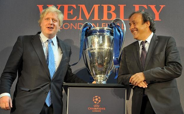 Michel Platini, szef UEFA (z prawej) i Boris Johnson, burmistrz Londynu /AFP