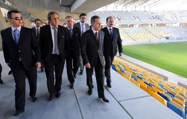 Michel Platini (z drugi z lewej) podczas wizytacji na stadionie we Lwowie. /AFP