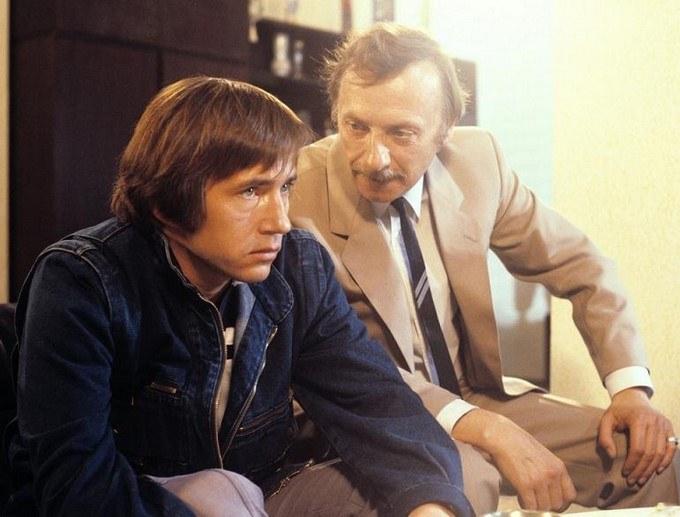 """Mieczysław Hryniewicz i Wojciech Pokora w serialu """"Zmiennicy"""" (1986) /AKPA"""