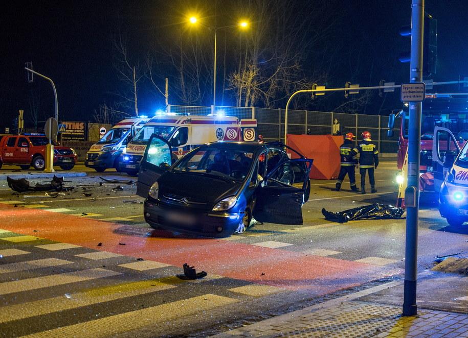 Miejsce wypadku, do którego doszło w nocy z 25 na 26 grudnia na skrzyżowaniu ul. Pryncypalnej z al. Bartoszewskiego w Łodzi. W zderzeniu dwóch aut zginęły trzy osoby, a siedem zostało rannych /Grzegorz Michałowski /PAP