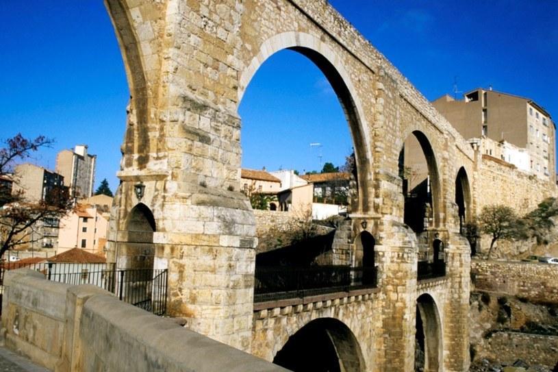Miejski akwedukt. Sztukę wykorzystania kamienia do budowy opanowano tu w najwyższym stopniu /East News