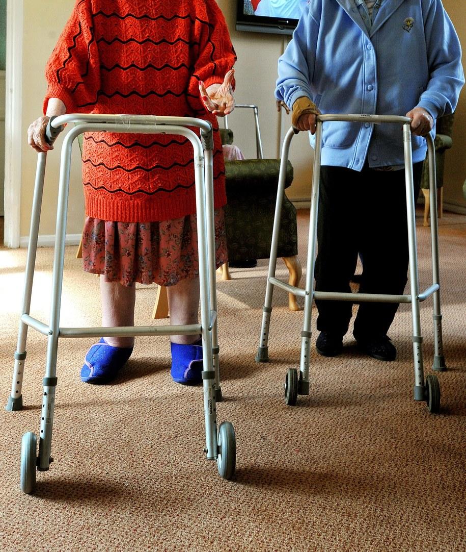 Miesięczny koszt opieki w Polsce to ok. 1200 euro. /JOHN STILLWELL /PAP/EPA