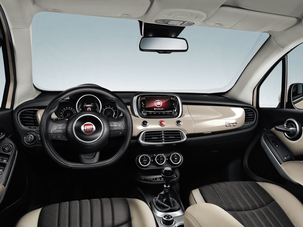 Mięsista kierownica, przejrzysta deska rozdzielcza z wysoko umieszczonym ekranem multimediów oraz estetyczne materiały – w tym postarzane tapicerki czy plastik udający szczotkowane aluminium. /Fiat