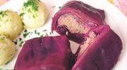 Mięso w liściach czerwonej kapusty