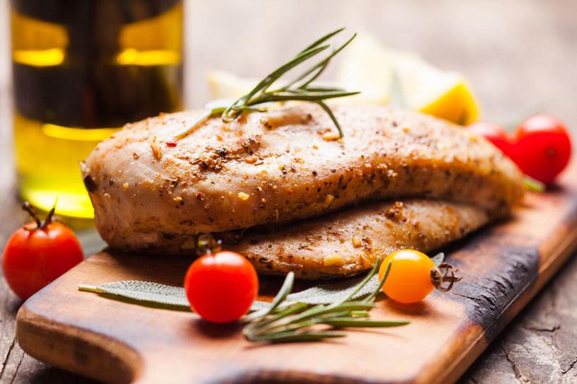 Mięso z kurczaka możesz jeść bez ograniczeń i pod każdą postacią /©123RF/PICSEL