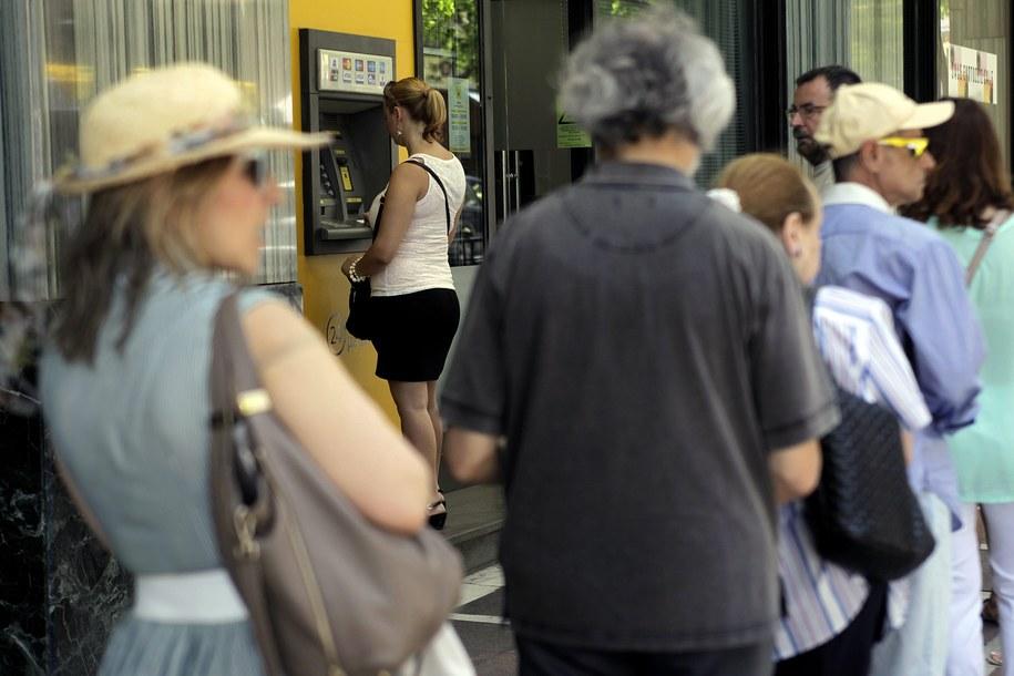 Mieszkańcy Aten w kolejce do bankomatu //ORESTIS PANAGIOTOU /PAP/EPA