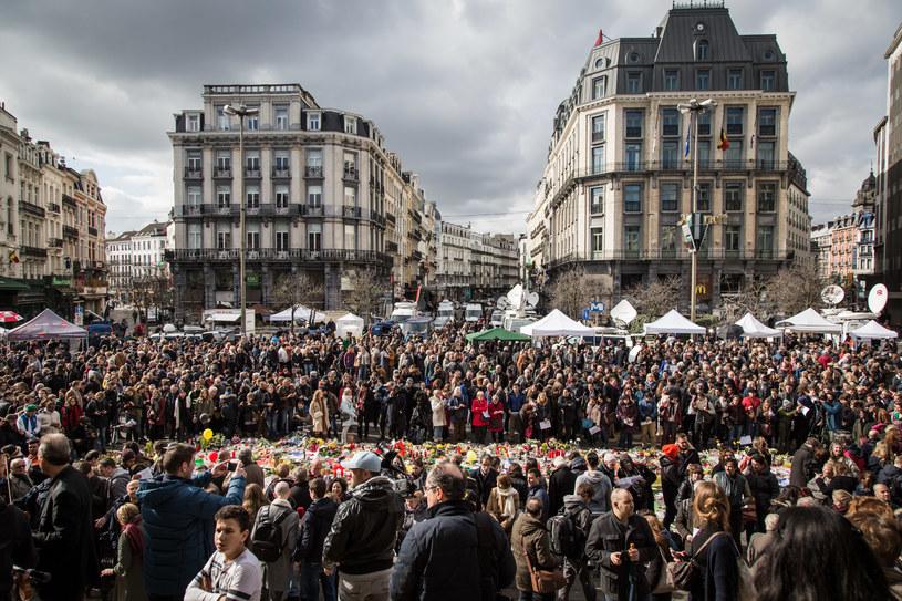 Mieszkańcy Brukseli na placu de la Bourse po wtorkowych zamachach składali znicze i kwiaty /Aurore Belot / BELGA / AFP  /AFP