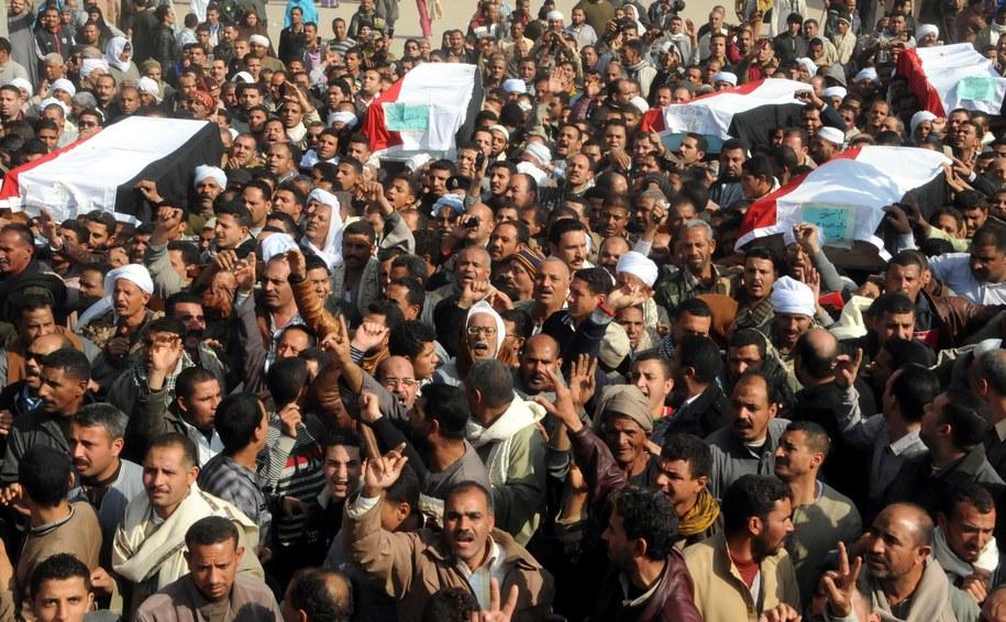 Mieszkańcy Egiptu wyszli na ulicę po kolejnych zamachach /MOHMAD ASSADI /PAP/EPA