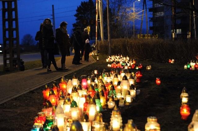 Mieszkańcy Kamienia Pomorskiego palą znicze na miejscu tragicznego wypadku /Marcin Bielecki /PAP