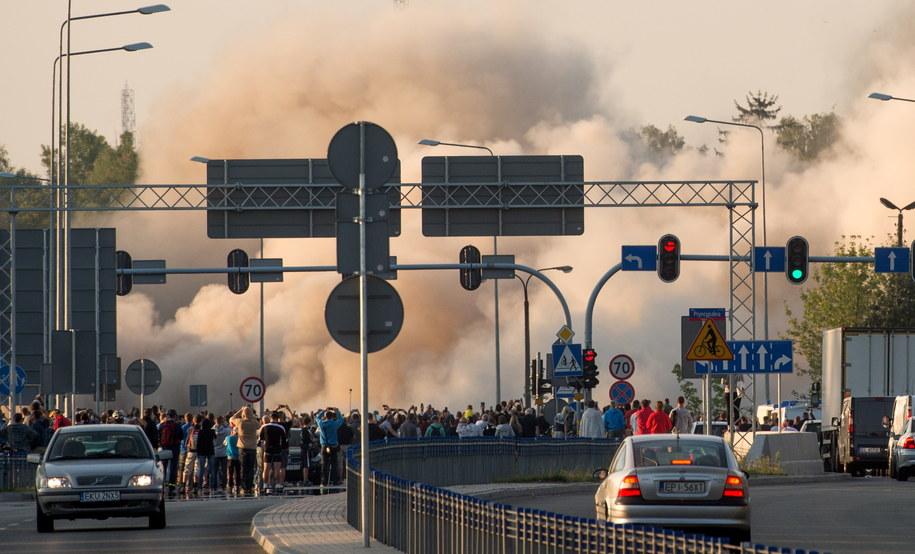 Mieszkańcy miasta z zaciekawieniem przyglądali się spektakularnej operacji /PAP/Grzegorz Michałowski /PAP
