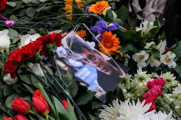 Mieszkańcy Moskwy składają kwiaty w miejscu zabójstwa Borysa Niemcowa /Sergei Ilnitsky /PAP/EPA