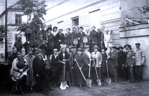 Mieszkańcy Płocka podczas budowy barykady na początku sierpnia 1920 roku /materiały prasowe