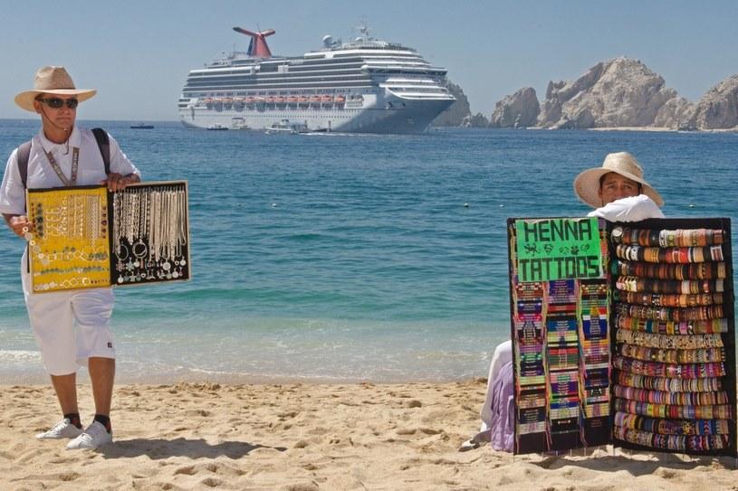 Mieszkańcy popularnych kurortów dbają o to, by turyści nie wracali z wakacji z pustymi rękami /AFP
