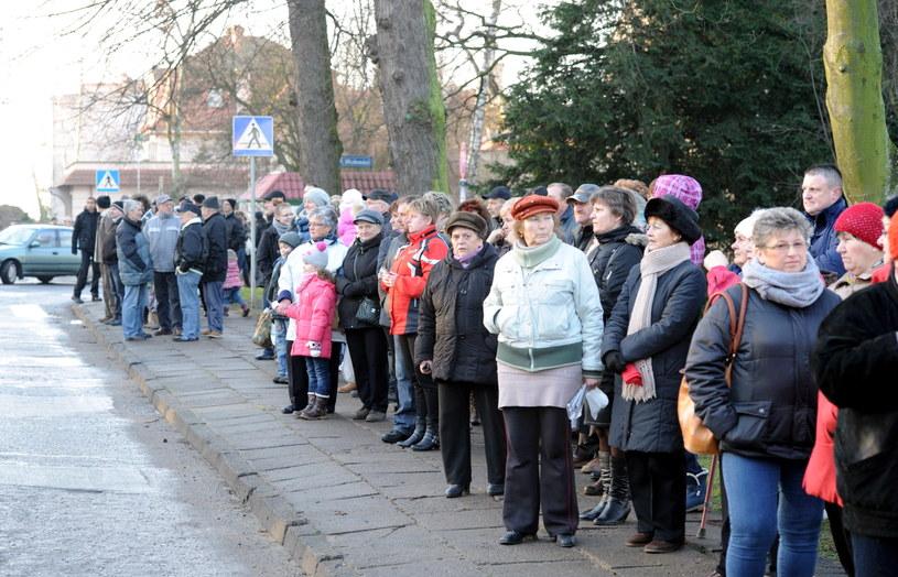 Mieszkańcy przed budynkiem sądu /Marcin Bielecki /PAP