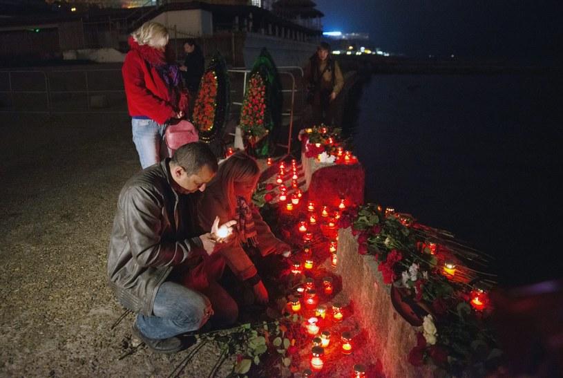 Mieszkańcy Sochi zapalają znicze, by uczcić pamięć ofiar katastrofy /PAP/EPA