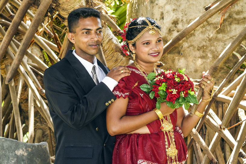 Mieszkańcy Sri Lanki - świeżo upieczone małżeństwo pozuje do zdjęcia /©123RF/PICSEL
