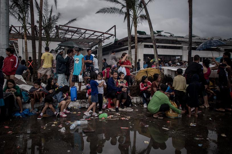 Mieszkańcy Tacloban czekają na ewakuację /AFP