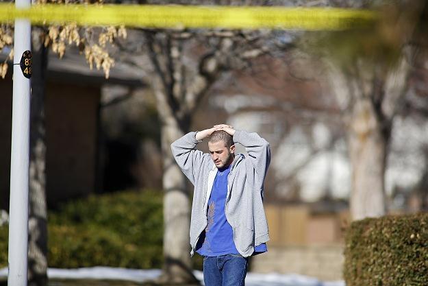Mieszkaniec osiedla nieopodal domu, w którym rozegrał się dramat. Aurora, 5 stycznia 2012 /AFP